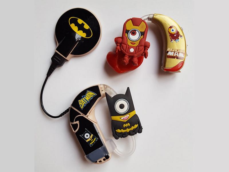 超酷!失聪小盆友把蜘蛛侠、蝙蝠侠都戴在了耳朵上