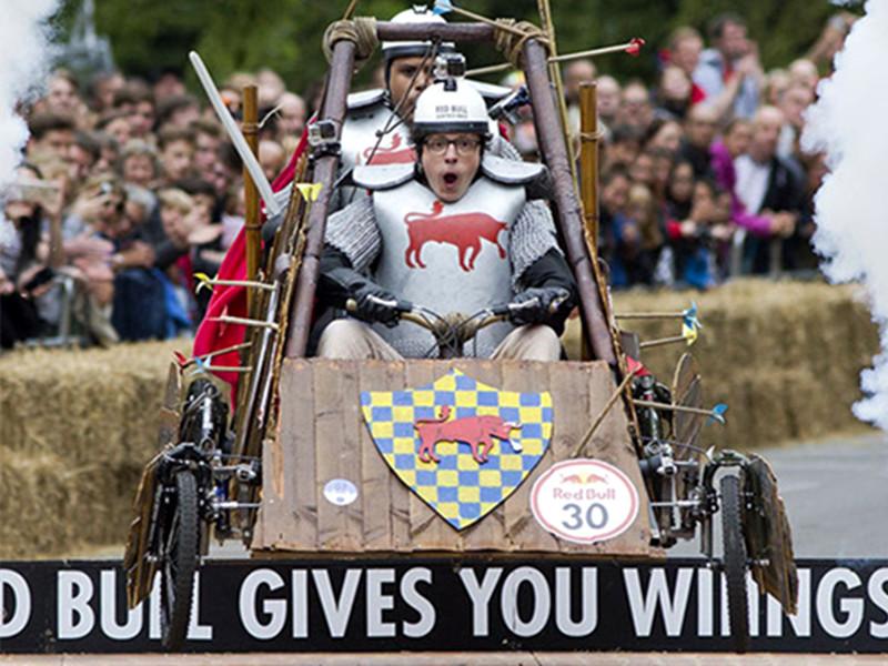 英国举办雷人纸盒汽车大赛,这才是真的速度与激情!