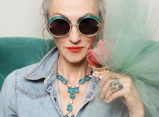 即使60岁皱纹纵横,我们也必须像她一样时髦!