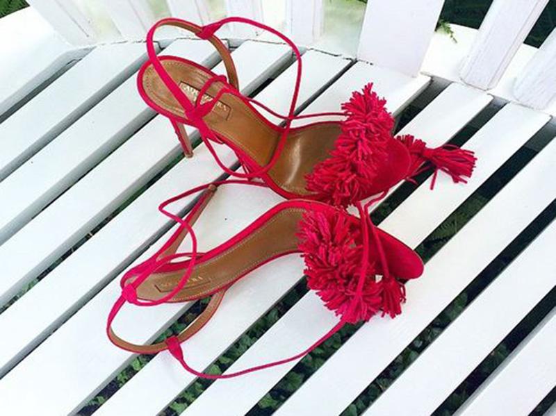 why   全球最时髦的女人们都在刷这双红凉鞋?