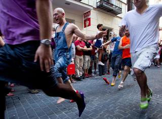 一群男人穿着高跟鞋狂奔的画面,太性感惹