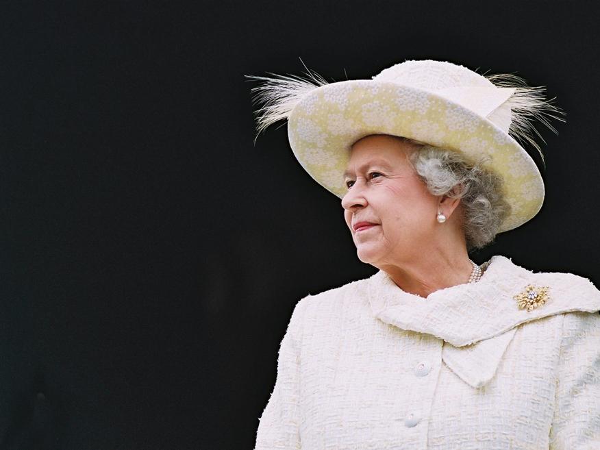 伊丽莎白女王开车也要穿的美美的 不走马路偏走草坪为啥?