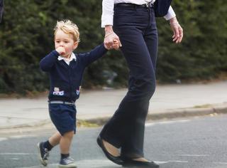 """乔治王子""""傲娇蓝""""出街,唆手指萌翻路人"""