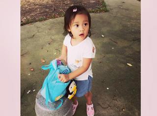 小甜馨穿着妈妈亲手设计的衣服外出 我们美着呢