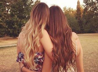 这俩姑娘想让网友把背景P成海边 结果又被玩坏了...