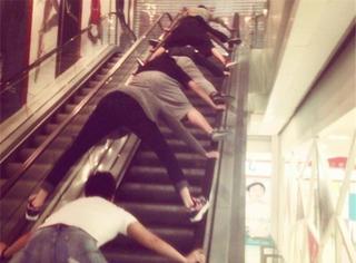 湖北电梯事故之后 人们都是这样乘电梯的...
