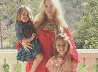 她们是全世界最会穿衣服的姊妹 ,她们有一个超酷的妈妈