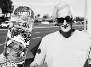 世界上总有一群老头儿不好好拄拐却把滑板玩那么溜!