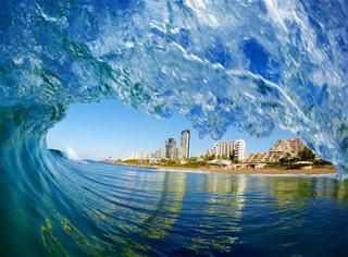 城会玩之冲进海浪去摄影