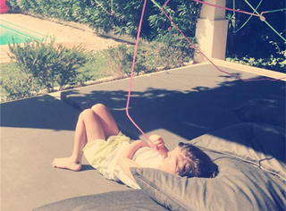 国外疯狂老爸为女儿做出50米超长吸管,躺在楼下就能喝饮料!