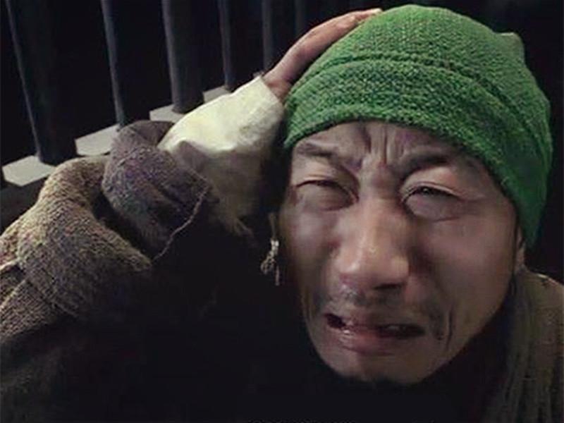 """交警发大招:你再闯红灯我就给你戴""""绿帽子""""!"""