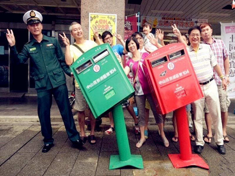 那两个被台风吹弯的邮筒,如今又被路人玩坏了...