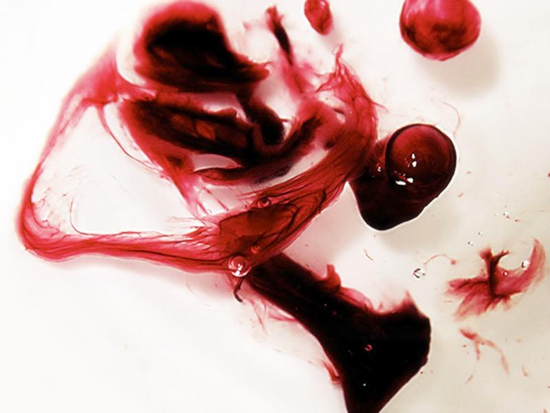 国外有个妹子用姨妈血作画,那效果...你们感受下!