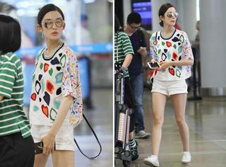 古力娜扎|彩色印花T恤配超短裤,机场秀美腿!