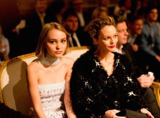 听说德普叔的女儿Lily Depp是个双性恋  不知道又要掰弯多少人