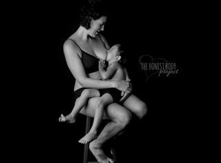 """是病态还是母爱?这些妈妈在孩子长大后还在给他们""""喂奶"""""""