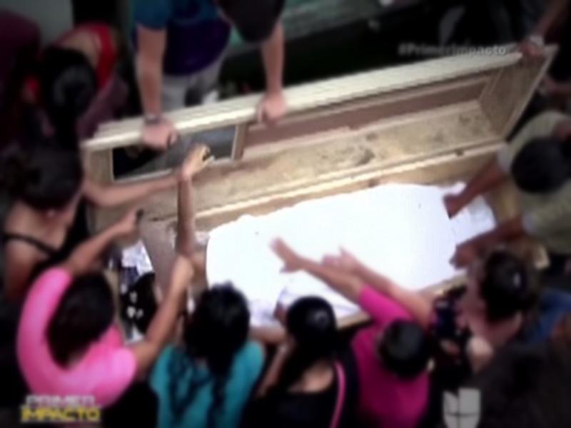 """太吓人!16岁孕妇下葬后""""复活"""",家人砸墓救人"""