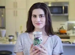 这么少!她两年的垃圾用一个小瓶就装满了