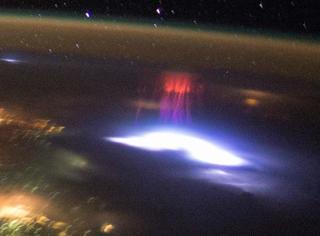"NASA证实地球上空拍到不明""红色精灵""!外星人终于要来了?"