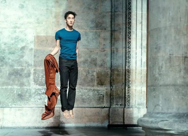 颜值高,舞姿帅,华人小伙悬浮芭蕾惊艳外国街头