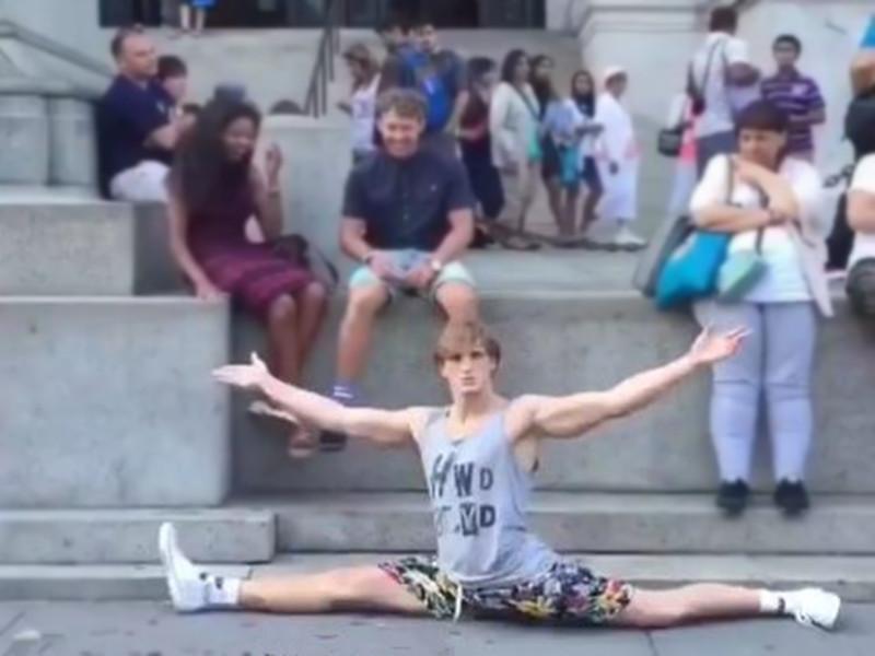 太逗了!一小伙喜欢在公众场所突然表演劈叉,那画面…