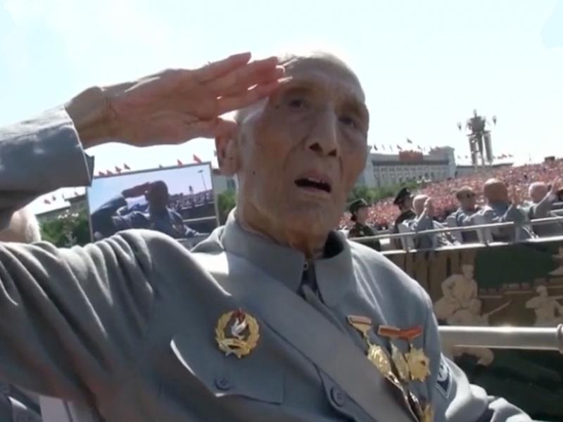 橘子视频   老兵方队出场的那一刻,感动哭了,敬礼!