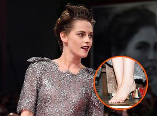 威尼斯电影节 | 暮光女吸血鬼妆霸气十足,当众脱鞋就是这么酷!