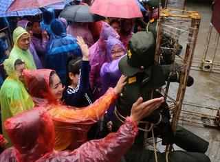 """河南街头绑""""日军""""示众,下大雨也要来一起""""打鬼子"""""""