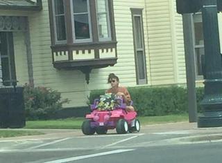 任性的可爱!她开着玩具吉普车去上学