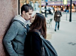 不想再看时尚街拍,就看下这些时尚街吻