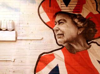 今天她是英国历史上在位最久君主!快来八一八她的时尚酷档案