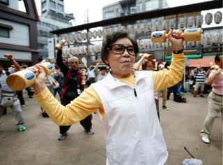 日本人跳广场舞啥子样?泥马时代在召唤!