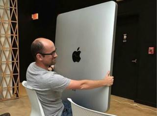 史上最大的iPad诞生后,外国网友马上把它给玩坏了...