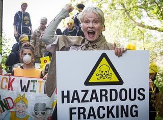为了环保她竟然开着坦克去抗议,Vivienne Westwood的人生就是这么彪悍!