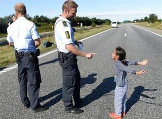 暖哭!帅气的警察叔叔和难民小女孩玩游戏