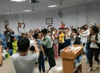 防火防盗防教官!当场向女学生表白,还强吻了!
