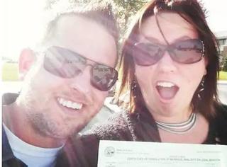 这些外国夫妇笑着自拍来庆祝离婚,喜悦之情溢于言表