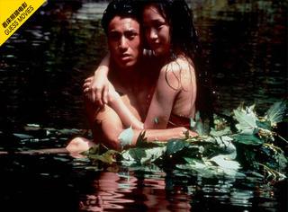 一张床照猜电影 |  野外小河里 他们赤裸裸抱在一起