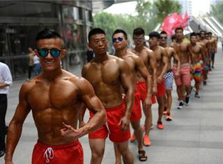 大街上来了这么一波赤裸的肌肉男,他们这是要干嘛?
