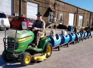80岁爷爷收养了一群流浪狗,还给它们做了一辆专属的小火车!