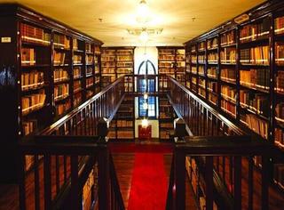 当书店被贴上了文艺的标签,图书馆却还是图书馆