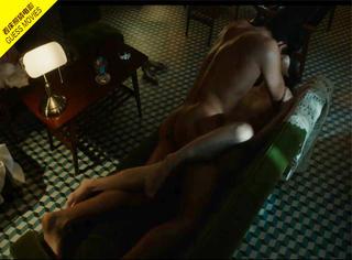 一张床照猜电影 |  沙发上 她用大腿紧紧夹住他