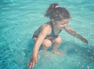 """照片口水战!这次不是""""蓝黑裙子"""",是这小孩在水底?还是刚跳进水?"""