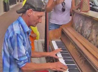 他弹完那一曲,就跟失散15年的儿子重逢了
