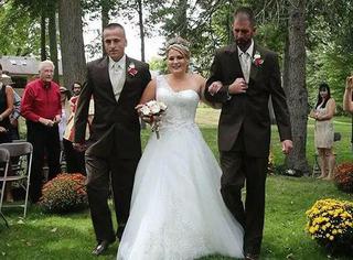生父叫停婚礼,然后和继父一起牵着女儿走红毯,那画面泪奔惹...