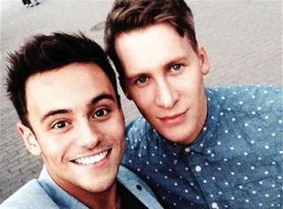 英国跳水名将戴利和男友订婚了,真爱面前年龄性别从来不是问题