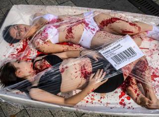 """法国动物保护组织当众示范""""屠宰""""活人!看后你还忍心吃肉吗?"""