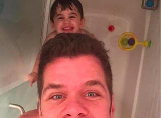 父母能不能和孩子一起洗澡?外国网友已经打起来了