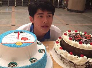 呆萌少年刘昊然深夜庆生  猜猜他18岁的第一天在哪儿过?