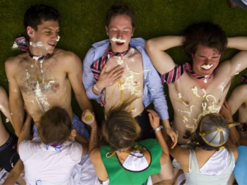 剑桥大学竟让学妹跪舔学长胸前奶油!尺度爆表不忍直视...